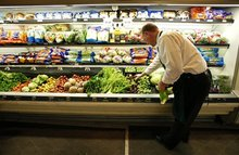 Минздрав предложил ограничить рекламу фастфуда и сладостей