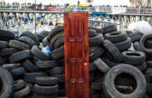 Радикалы заблокировали отделения Сбербанка в пяти городах Украины