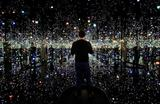 Посетитель на выставке «Бесконечная Зеркальная комната – Души Миллионов Световых лет» японского художника Яёи Кусамы в музее Хиршхорна в Вашингтоне, США.