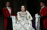 Королева в Театре наций. Стоит ли идти на «Аудиенцию»?