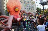 Парад на фестивале Aste Nagusia в Бильбао, Испания.