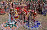 Артисты перед исполнением традиционного народного танца Гарба в рамках подготовки к фестивалю Навратри в Ахмадабаде, Индия 18 сентября 2017.