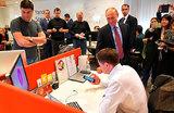 «Не обижают тебя тут, Алиса?» Путин в «Яндексе» пообщался с голосовым помощником