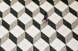 Мальчик гуляет в торговом центре в Токио, Япония.