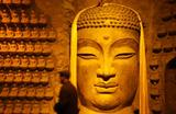 Турист в пещере Тысячи Будд в провинции Цзинань, провинция Шаньдун, Китай.
