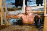 Президент России Владимир Путин во время крещенских купаний на озере Селигер.