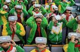 Школьники в очках виртуальной реальности на уроке. Цзянси, Китай.