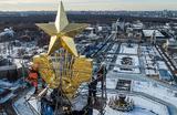 Отреставрированная золотая звезда на шпиле центрального павильона ВДНХ. Звезду, украшающую центральный павильон выставки, не обновляли более 60 лет.