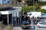 Полиция около супермаркета в коммуне Треб во Франции, где злоумышленник захватил заложников.