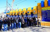 У касс стадиона «Олимп-2», где началась продажа билетов на первый тестовый матч на стадионе «Ростов Арена», построенном к чемпионату мира по футболу FIFA 2018 в Ростове-на-Дону, Россия 9 апреля 2018 года. Матч между командами «Ростов» и «СКА-Хабаровск» состоится 15 апреля 2018 года.