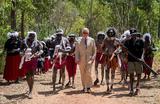 Принц Чарльз и лидеры корпораций аборигенов Dhimurru и Rirratjingu на горе Нхулун в Австралии 9 апреля 2018 года.