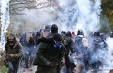 Во время операции французской полиции с применением слезоточивого газа по выдворению экоактивистов и представителей анархистов, живших в сквотах на территории, ранее намеченной под строительство нового аэропорта на западе страны в Нотр-Дам-де-Ланды, недалеко от Нанта, Франция 10 апреля 2018 года.