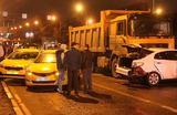Последствия ДТП на улице Профсоюзной в Москве, в котором самосвал протаранил девять легковых автомобилей.