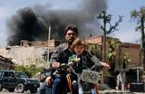 Мужчина с мальчиком на мотобайке в Думе, Сирия.
