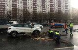 Непогода в Москве: пострадали люди, ветер повалил деревья и щиты, движение затруднено