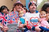 Люди у больницы Святой Марии в Лондоне, где герцогиня Кембриджская Кэтрин  родила сына.