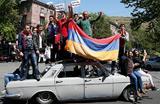 Сторонники лидера армянской оппозиции Никола Пашиняна во время митинга в Ереване, Армения 25 апреля 2018.
