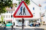 Дорожный знак «Smombies», название которого образовано из слов «зомби» и «мобильный телефон» в Ройтлинген, Германия 25 апреля 2018 года. Знак должен предупреждать водителей о людях, которые неотрывно смотрят в свой смартфон и могут стать причиной дтп.