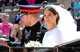 Меган Маркл и принц Гарри покидают часовню Святого Георгия в Виндзорском замке после церемонии венчания 19 мая 2018 года.