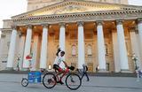 Португальский болельщик Аленкер Элдер Батишта, приехавший в Россию на велосипеде, у здания Большого театра в Москве.