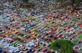 Люди тренируются перед Днем йоги в Чандигархе, Индия.