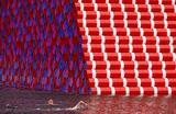 Пловцы тренируются в реке Серпентин перед инсталляцией «Лондонская мастаба» в Гайд-парке, Лондон.