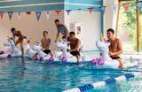 Игроки сборной Англии устроили гонки на надувных единорогах в бассейне на своей базе в поселке Репино под Санкт-Петербургом.