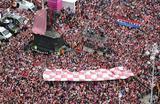 Болельщики чествуют национальную сборную по футболу в Загребе. Хорватия заняла второе место на прошедшем чемпионате мира.