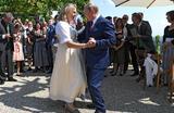 Владимир Путин танцует с Карин Кнайсль на ее свадьбе.
