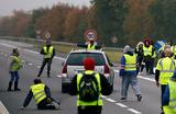 Рост цен на бензин вызвал волну протестов во Франции