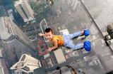Ребенок играет на стеклянном полу смотровой площадки небоскреба МахаНакхон в Банкоке. Это здание высотой 314 метров является самым высоким в Таиланде.