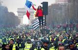 Акция протеста французских водителей против повышения цен на топливо. Елисейские Поля, Париж.