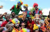 Фото на память. Принц Гарри во время посещения цирка в Лусаке. Замбия.