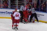 На матче КХЛ игрок «Локомотива» избил арбитра