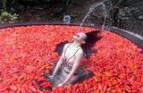 Участница конкурса поедания перца чили. Горячие источники провинции Цзянси, Китай.