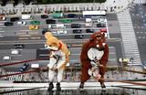 В Токио промышленные альпинисты устроили предновогодний перформанс на высоте 55 метров в костюмах собаки и кабана.
