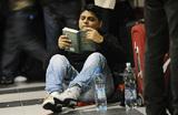 В московских аэропортах снова можно сидеть на полу, лежать на сиденьях, мыться и переодеваться в туалетах