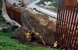 Строительство забора на границе между США и Мексикой в районе города Тихуана.
