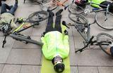 Участники акции протеста велосипедистов лежат у здания Киевской городской государственной администрации. Ассоциация велосипедистов Киева устроила лежачий протест после смерти велосипедиста Диаса Мужева, которого сбила машина на велодорожке в Киеве. Во время протеста активисты выступили с требованием создания в столице надежной велосипедной инфраструктуры.