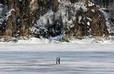 Люди на льду на реке Енисей недалеко от Красноярска.