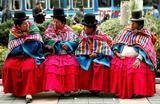 Женщины в национальных костюмах южноамериканского индейского народа кечуа на улице города Ла-Пас. Боливия.