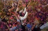 Фестиваль красок Холи в Ахмедабаде, Индия.