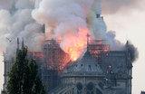 «Горит сердце Франции»: Нотр-Дам в огне