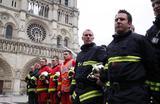 Французские пожарные, сражавшиеся с огнем в соборе Парижской Богоматери.