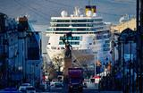 Круизный лайнер Costa neoRomantica в порту Владивостока.
