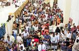 Туристы массово покидают Шри-Ланку. В международном аэропорту Коломбо столпотворение