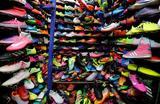 Продажа кроссовок на рынке в Джакарте, Индонезия.