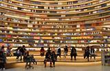 Книжный магазин Yuelifang Bookstore в китайском городе Хух-Хото занимает площадь более 4 тысяч квадратных метров. Здесь представлены около 1 млн книг на панорамных полках в 360 градусов.