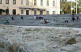 На Хохловской площади в Москве ОМОН задерживал отдыхающих
