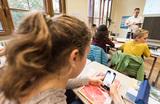 Выключить звук и сдать на хранение. Роспотребнадзор предложил ограничить использование смартфонов в школах